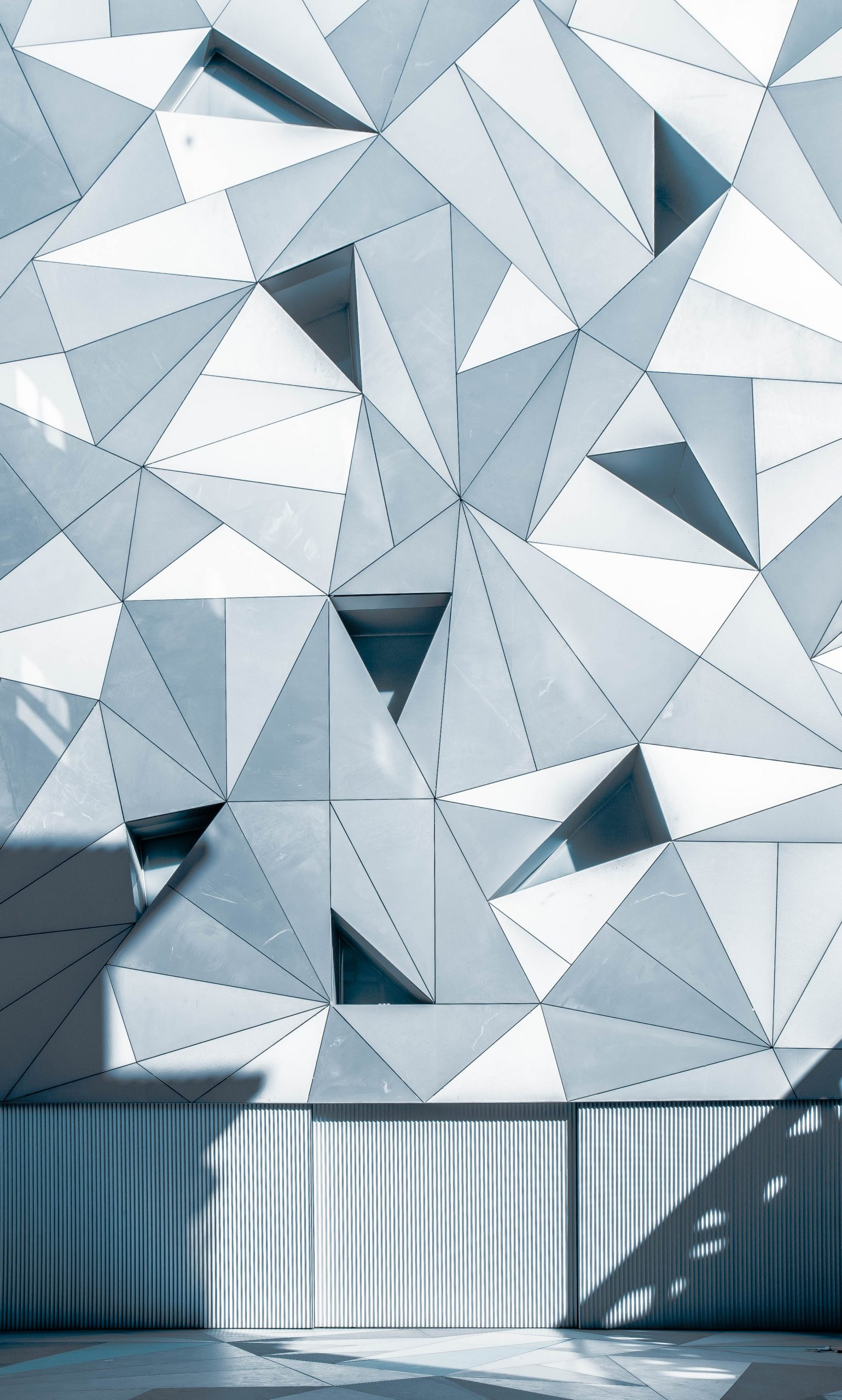 wallpaper Gray triangles on a facade