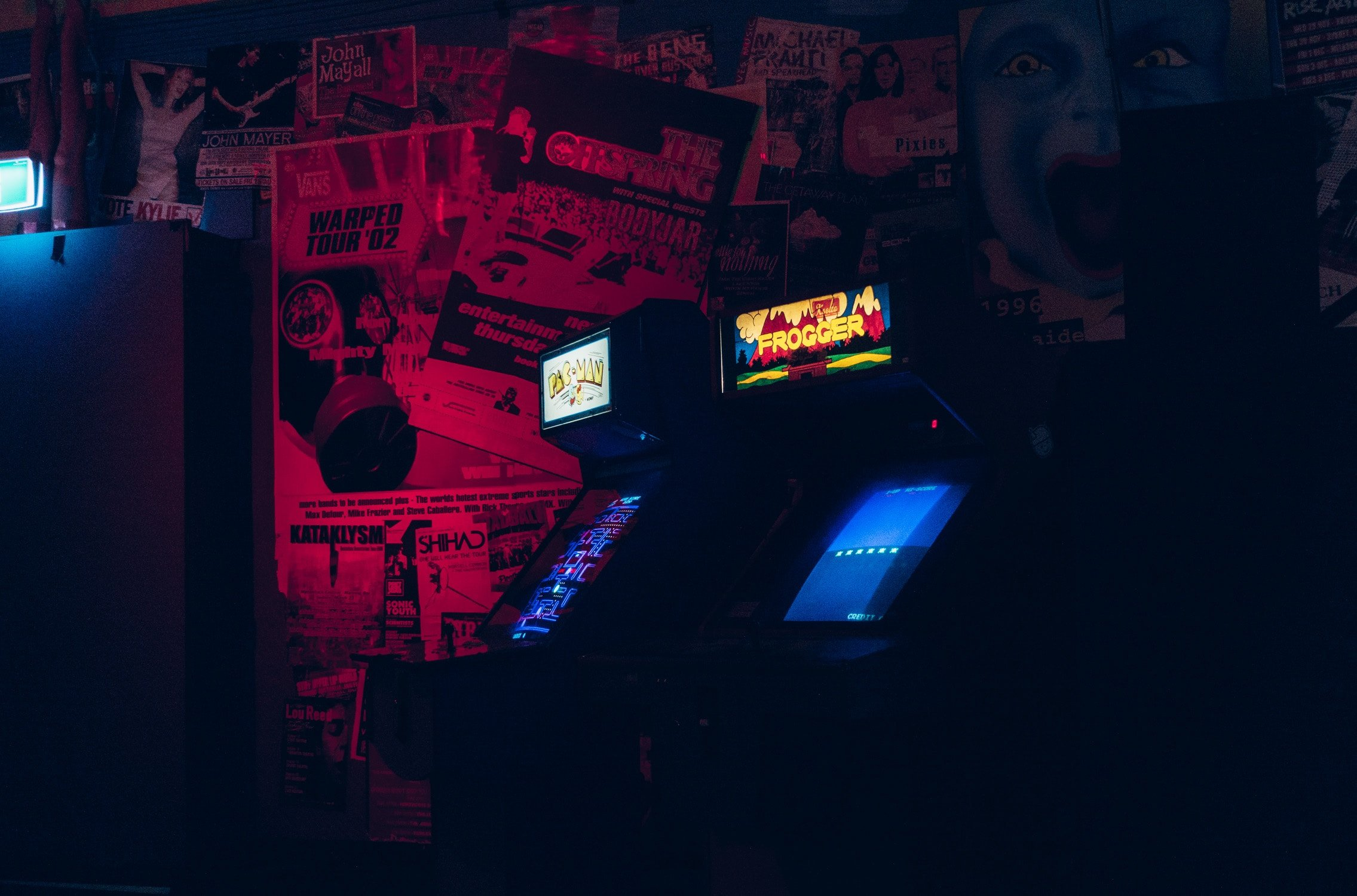 wallpaper Two arcade cabinets