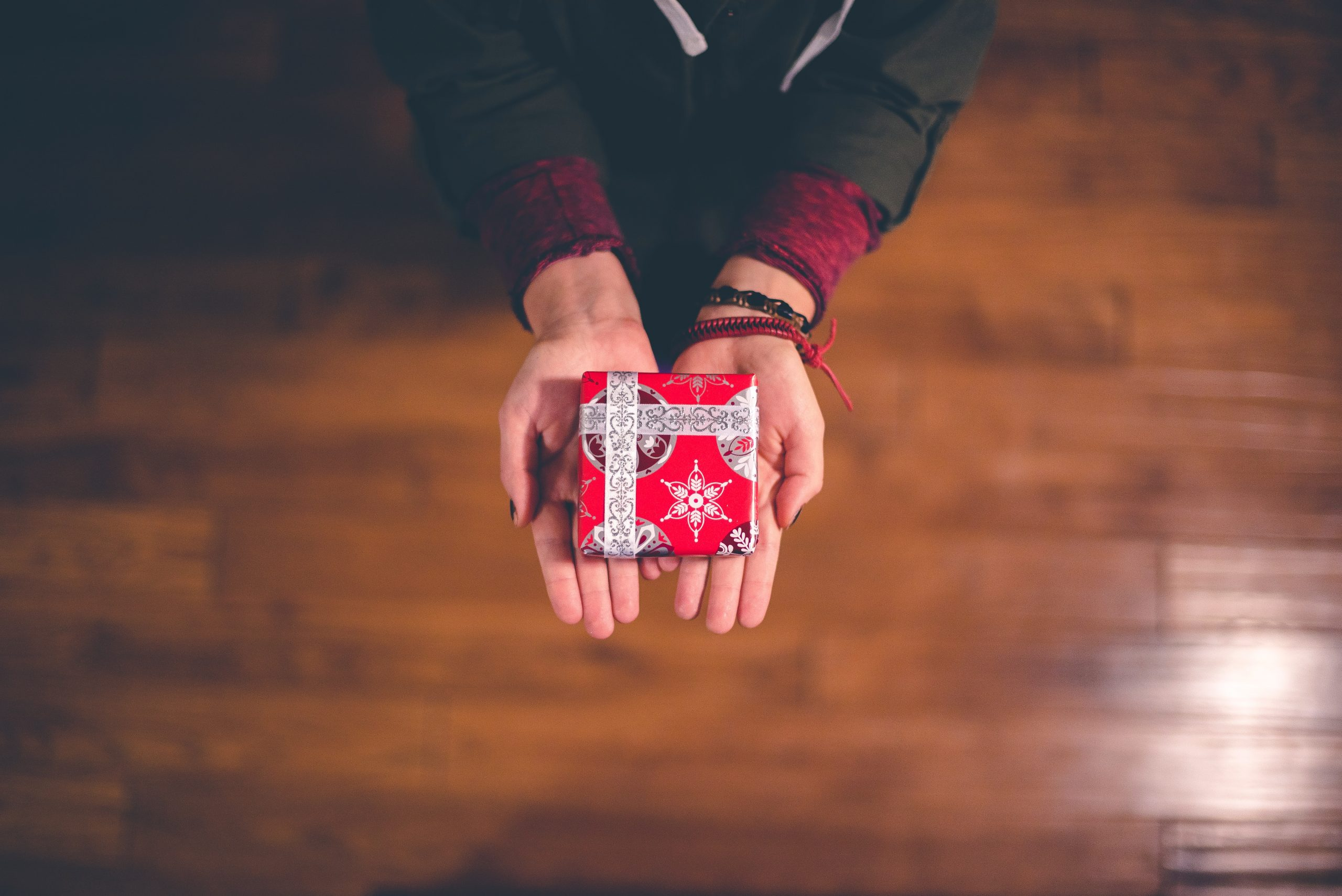wallpaper Person holding red and white box
