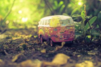 Red and gray floral bus toy wallpaper, red and white Volkswagen Samba die-cast