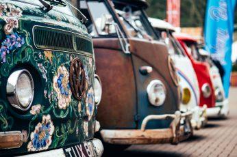 Tilt shift lens photo of Volkswagen buses wallpaper, selective focus photography of Volkswagen Transporter parking